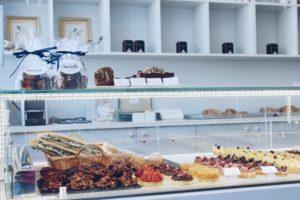 boulangerie pâtisserie avec des viennoiseries françaises